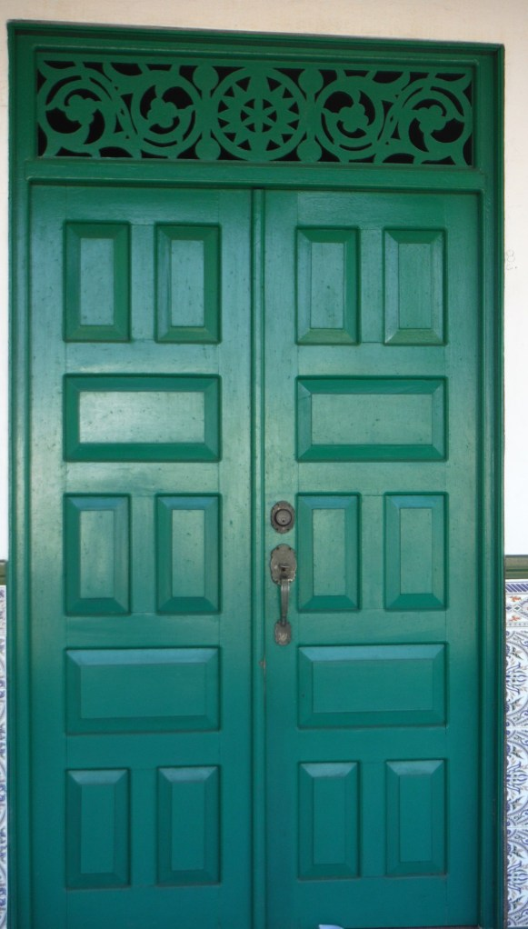 This door is also of a house on Avenida Principal.